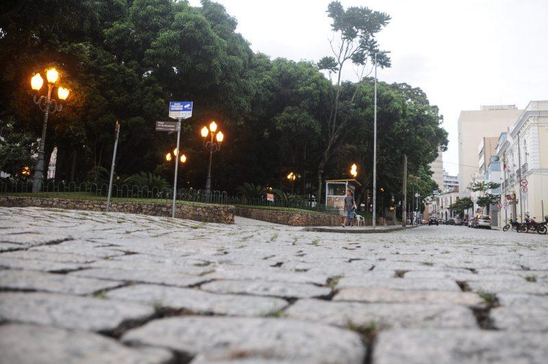 Retirada de paralelepípedo do entorno da Praça 15 provoca polêmica – Foto: Léo Munhoz/ND