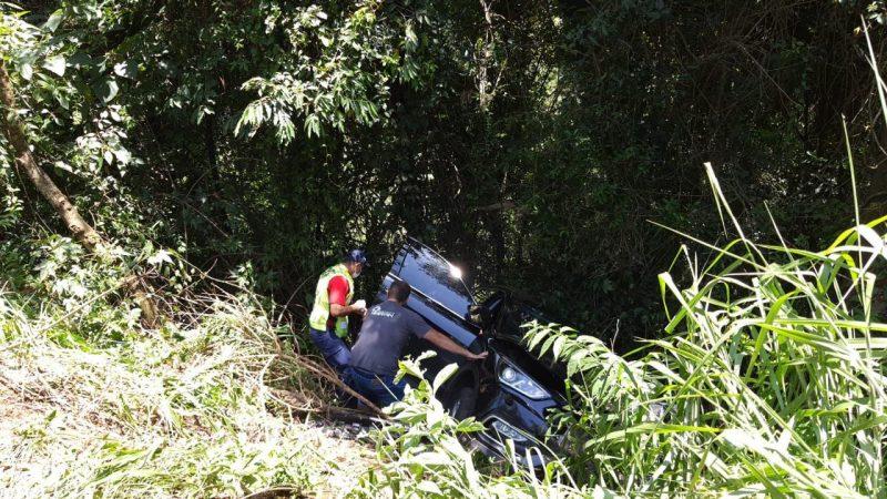 Com o impacto um dos carros foi jogado para fora da pista e caiu em um barranco. – Foto: Corpo de Bombeiros/Divulgação