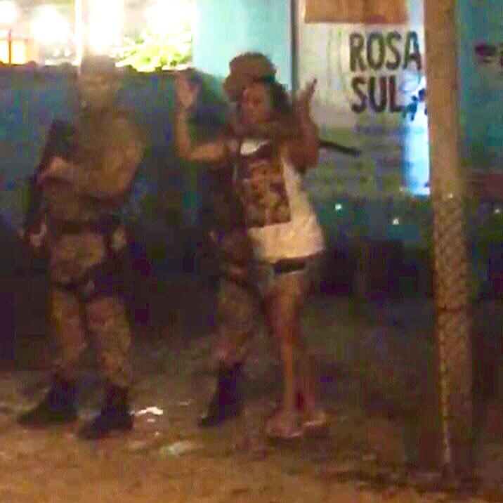 Policial mantém mulher imobilizada em Imbituba e ação termina em confusão