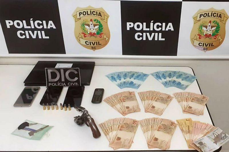 Com o homem foi localizada uma arma de fogo com seis munições intactas – Foto: Polícia Civil/Divulgação/ND