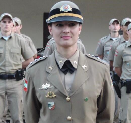 Na imagem a major Andreia aparece com a farda da Polícia Militar