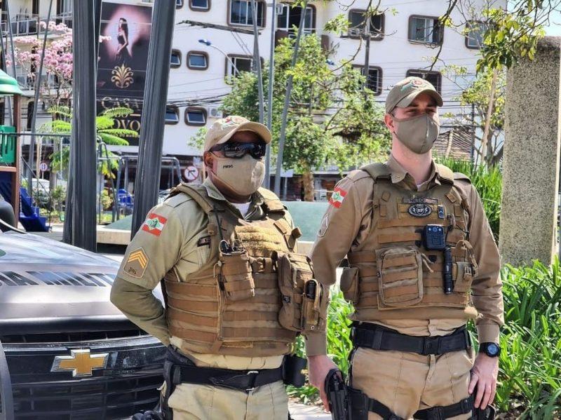 Itajaí recebeu reforço de 12 policiais para a fiscalização das medidas sanitárias – Foto: PM Itajaí/Divulgação