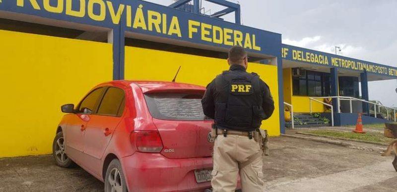 O casal viajava neste carro, quando foi parado na blitz – Foto: Polícia Rodoviária Federal/Divulgação/ND