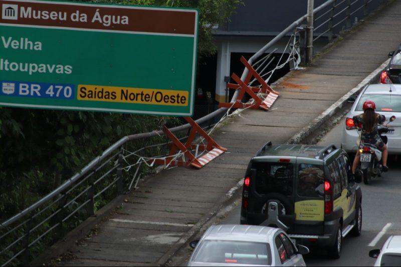 Ponte destruída por motorista embriagado passa por manutenção em Blumenau – Foto: Marcelo Martins / Prefeitura de Blumenau