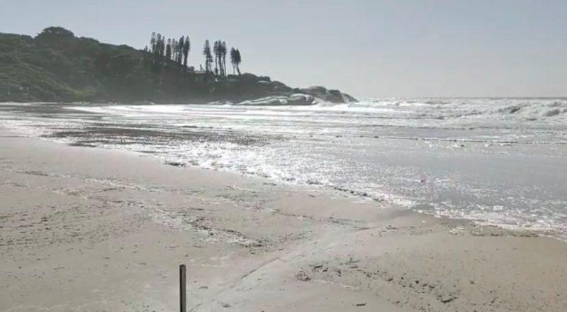 Faixa de areia, na praia da Joaquina, ficou curta neste sábado
