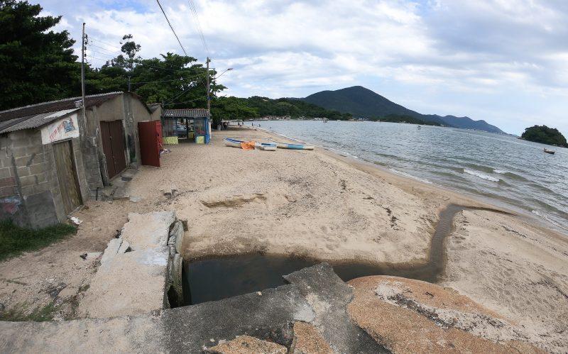Moradores reclamam do esgoto a céu aberto na praia da Tapera – Foto: Leo Munhoz/ND
