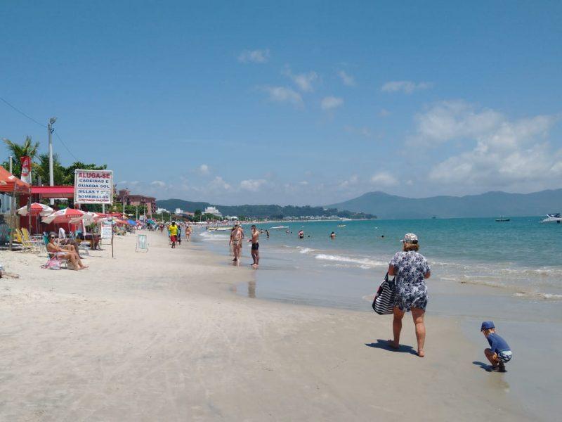 A praia de Jurerê Tradicional será uma das contempladas no projeto de engordamento da faixa de areia promovida pela Prefeitura de Florianópolis. – Foto: Bruna Stroisch/ND