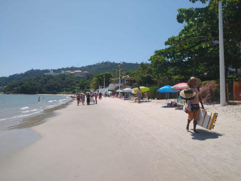 Ao contrário da praia vizinha, a movimentação na praia de Jurerê Tradicional foi tranquila no final da manhã desta quarta-feira (3) – Foto: Bruna Stroisch/ND