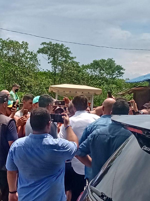 Presidente fez fotos e atendeu centenas de apoiadores que o aguardavam no Forte – Foto: Sabrina Aguiar/NDTV
