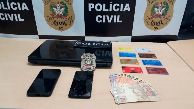 Após as vítimas entrarem em contato com ele pelo site, ele as ameaçava de expor os dados pessoais e exigia dinheiro delas – Foto: Polícia Civil/Divulgação