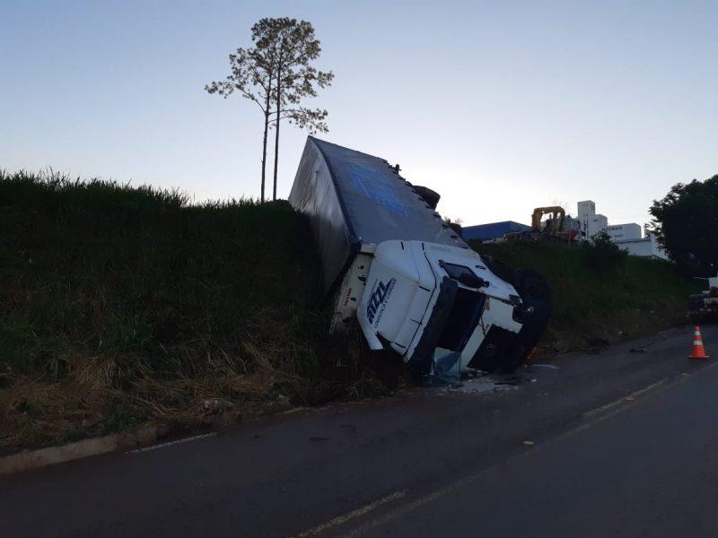 Caminhão ficou pendurado às margens da rodovia – Foto: PRF/ND