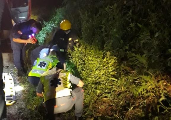 Motociclista foi encontrado caído às margens da rodovia com ferimentos graves – Foto: PRF/Divulgação