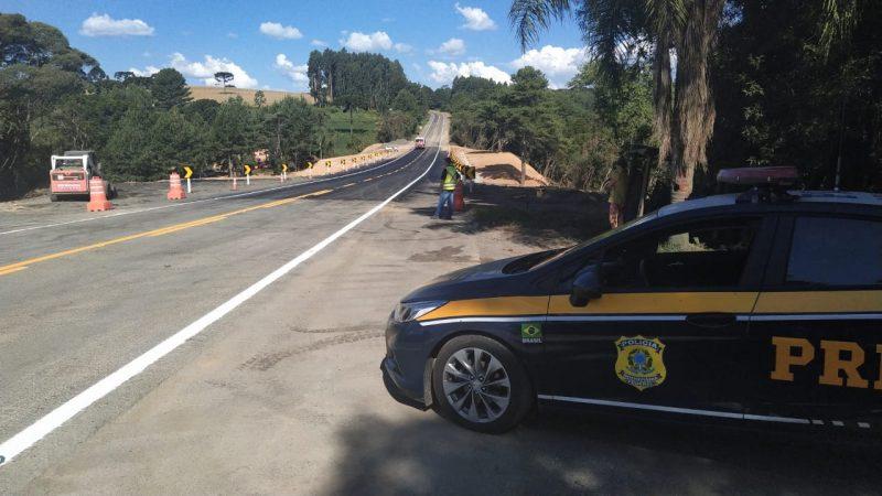 Rodovia ficou quase um mês interditada devido à cratera – Foto: PRF/Divulgação