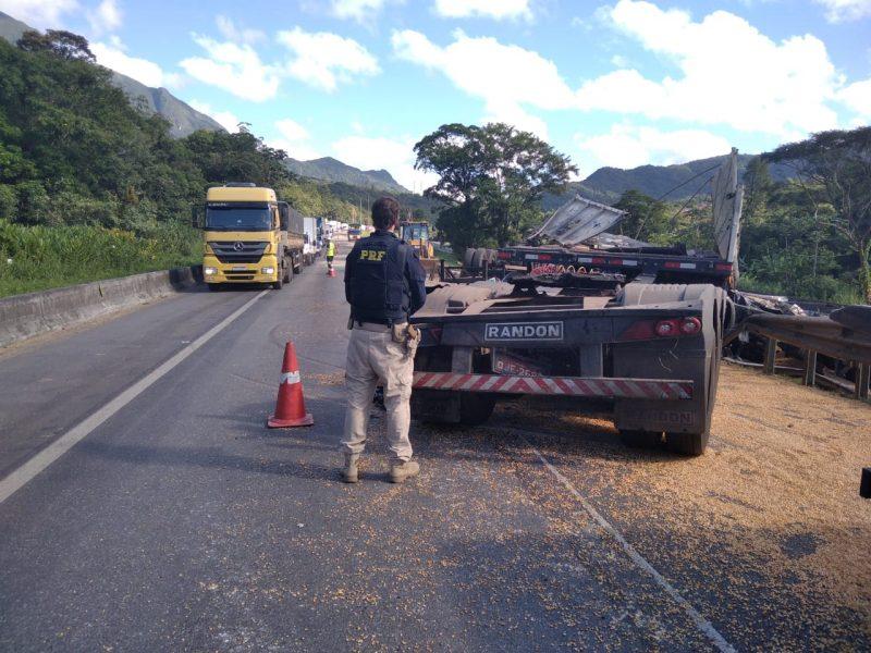 Caminhão tombou sobre a pista após colidir com outros cincos veículos – Foto: PRF/Divulgação