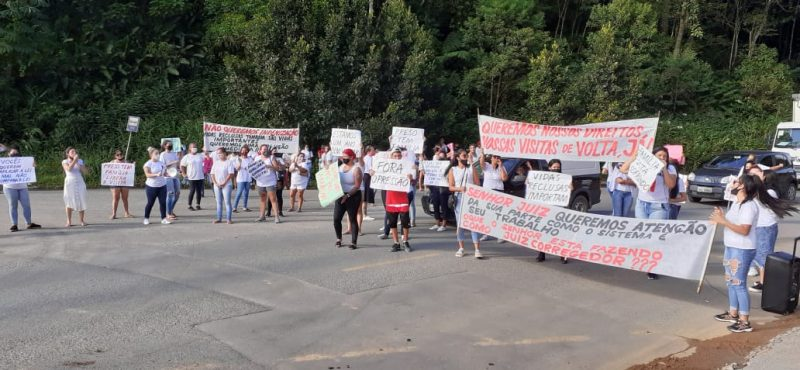 Familiares protestaram na rua do presídio na tarde desta segunda-feira (15) – Foto: Gladionor Ramos/NDTv