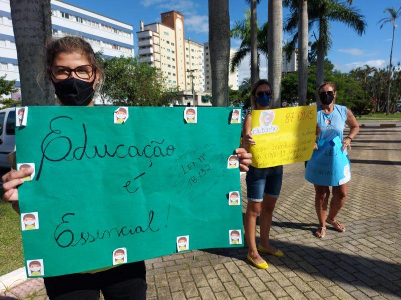 Professores protestam em frente à prefeitura – Foto: Paulo Metling/NDTV