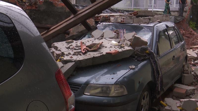 Parte do muro também atingiu dois carros que estavam estacionados no local – Foto: Joci Ronkoski/NDTV