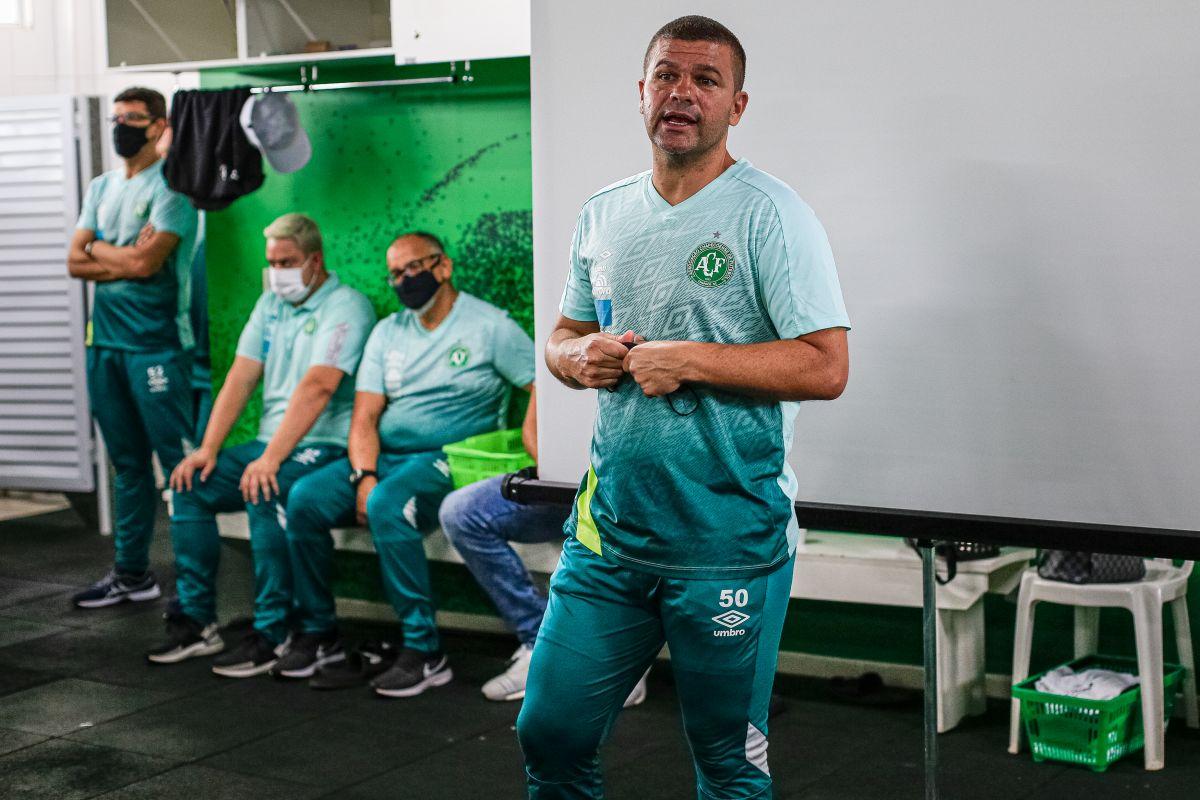 Técnico Umberto Louzer falou aos jogadores. - Márcio Cunha/ACF/ND
