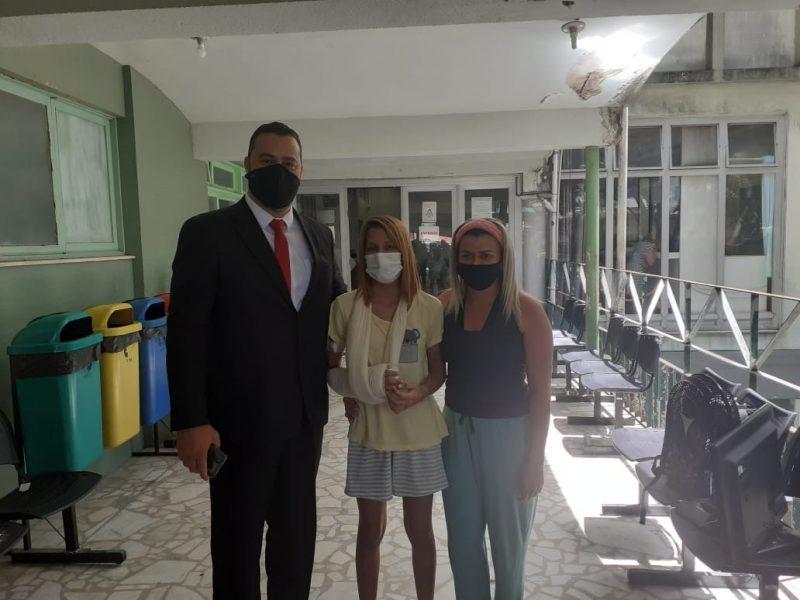 Rebeca Sayuri, advogado e mãe posam para foto