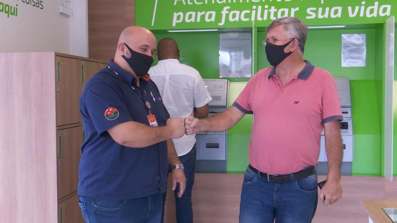 Rafael e Hélio se encontraram no banco após a devolução do dinheiro – Foto: Joci Ronkoski/NDTV