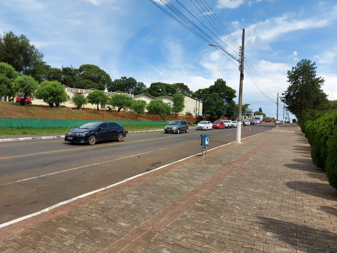Fila de carros se formou em frente ao Centro de Eventos. - Rodrigo Gonçalves/NDTV Chapecó