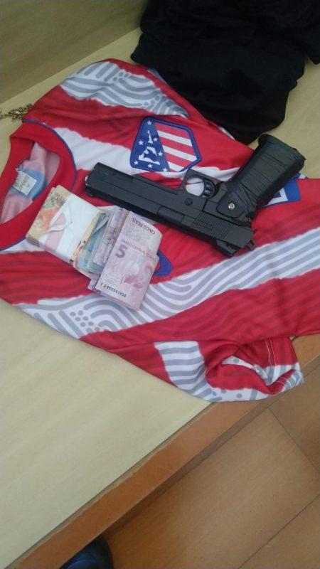 Itens usados no assalto foram encontrados no hotel onde o suspeito estava escondido – Foto: Divulgação/Polícia Militar