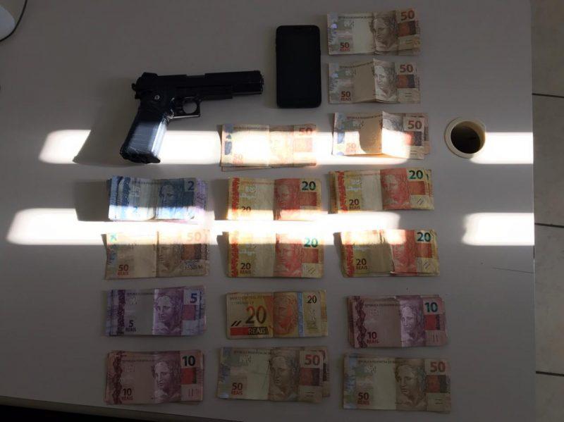 Dinheiro roubado e arma falsa usada no crime foram localizados – Foto: Divulgação/Polícia Militar/ND