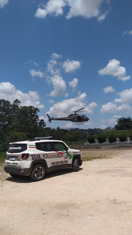 Helicóptero Águia da PM foi acionado para apoiar nas buscas a três assaltantes que renderam funcionários e roubaram um posto de combustíveis em Brusque – Foto: Divulgação/Polícia Militar