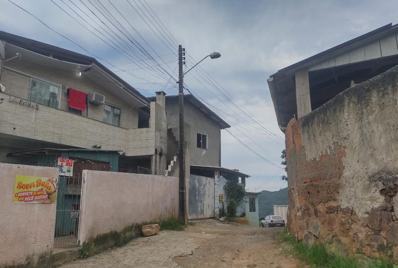 Moradores da Rua das Acácias relatam que a falta de água afeta atividades básicas há pelo menos dez dias – Foto: Ana Caroline Baiffus/Divulgação/ND