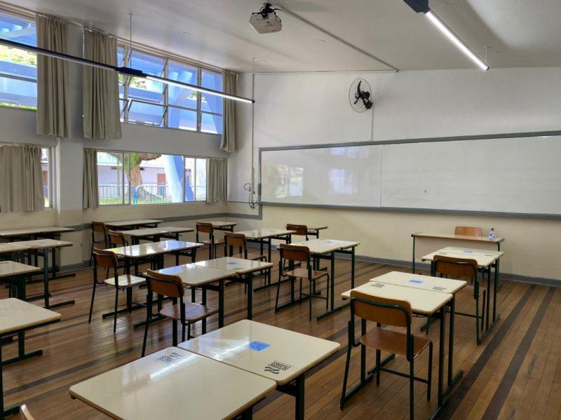 Sala de aula do Instituto Estadual de Educação, em Florianópolis, que é um modelo do distanciamento entre classes – Foto: Maria Fernanda Salinet/ND