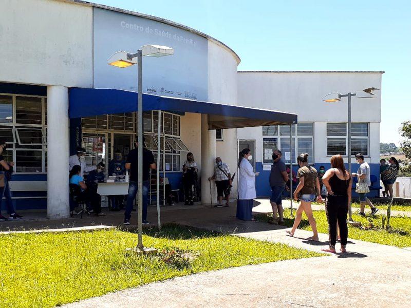 No começo da tarde desta quinta-feira, moradores se aglomeravam na porta do Centro de Saúde do bairro Vila Real – Foto: Carol Figueiredo/ND