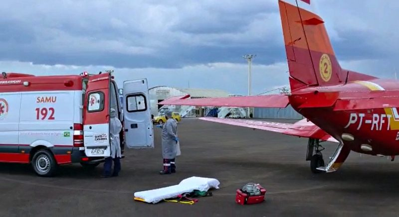 Ambulância do SAMU no aeroporto de Chapecó para transferir pacientes com Covid-19 com avião do corpo de bombeiros para outros municípios