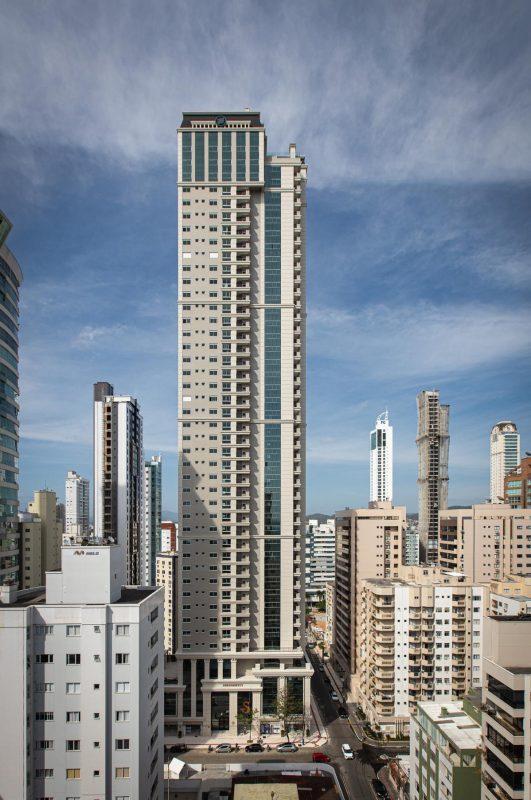 Inaugurado em 2020, o Serendipity Village possui 152 metros de altura e 45 andares de apartamentos luxuosos. O edifício foi construído pela EMBRAED Empreendimentos. – Foto: Embraed/Divulgação