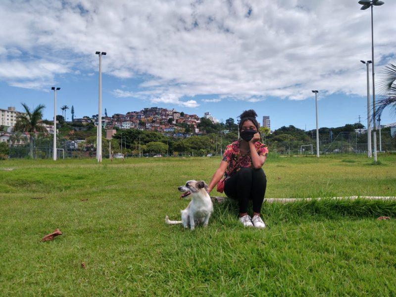 Stephanie Pereira levou o cãozinho Téo para passear no Parque de Coqueiros – Foto: Bruna Stroisch/ND