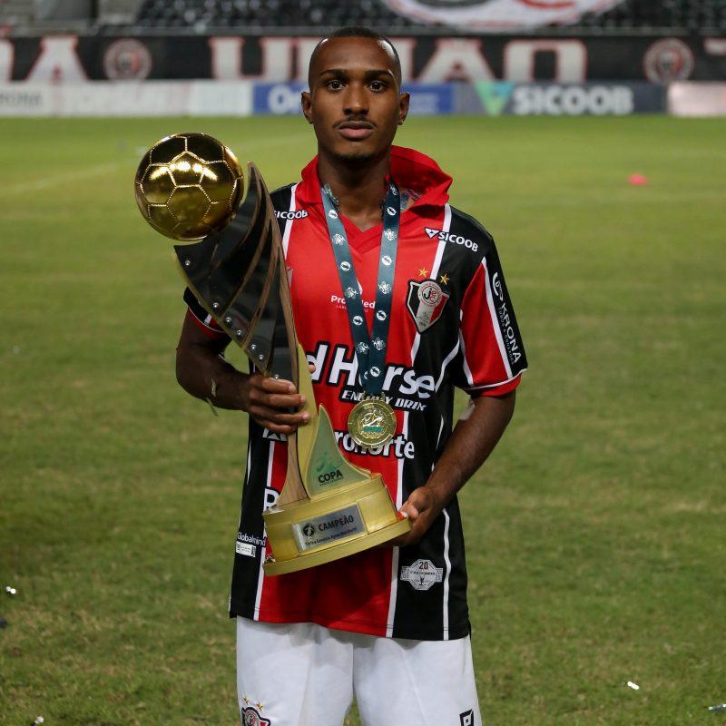 Menos de dois meses após assinar o contrato profissional, Thiaguinho Fumaça conquistou o primeiro título – Foto: Vitor Forcellini/JEC