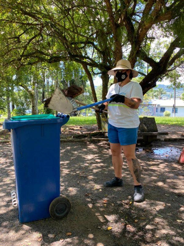 Luciana Lemos, de 46 anos, trabalha há 12 anos na autarquia e conta que ficou muito feliz em poder contribuir com a limpeza da cidade. Ela afirma que irá trabalhar mais horas para dar conta de tanto lixo acumulado – Foto: Maria Fernanda Saliner/ND