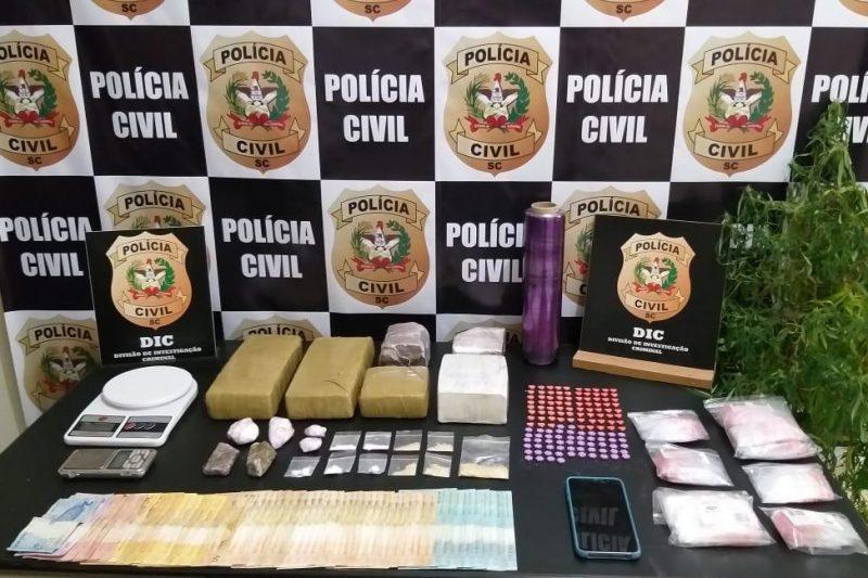 """Suspeito de operar """"delivery de drogas"""" é preso em Blumenau – Foto: Divulgação / DIC Blumenau"""