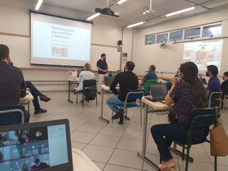 Alunos em sala de aula assistindo as aulas do professor falar todos estão de máscara e respeitando o distanciamento. A foto é de alunos da Unochapecó.