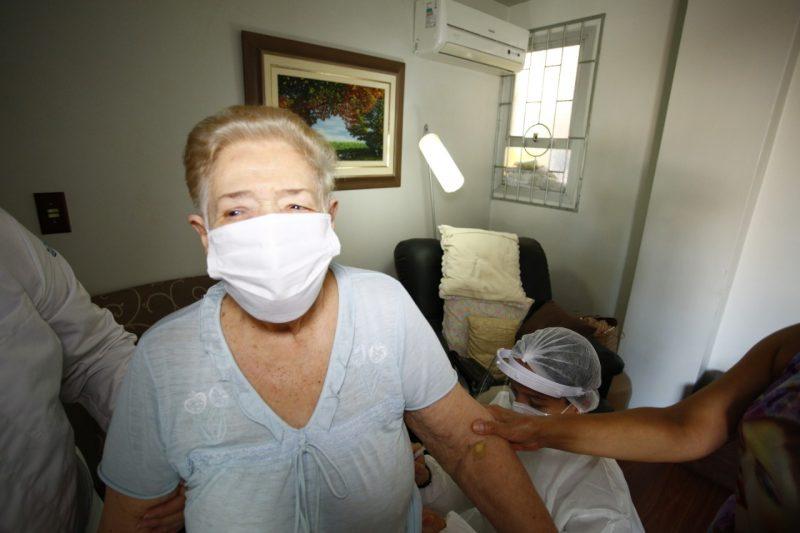 Idosos acima de 90 anos são um dos grupos que são vacinados contra a Covid-19 em Florianópolis nesta fase de imunização – Foto: Leonardo Sousa/PMF/Divulgação/ND
