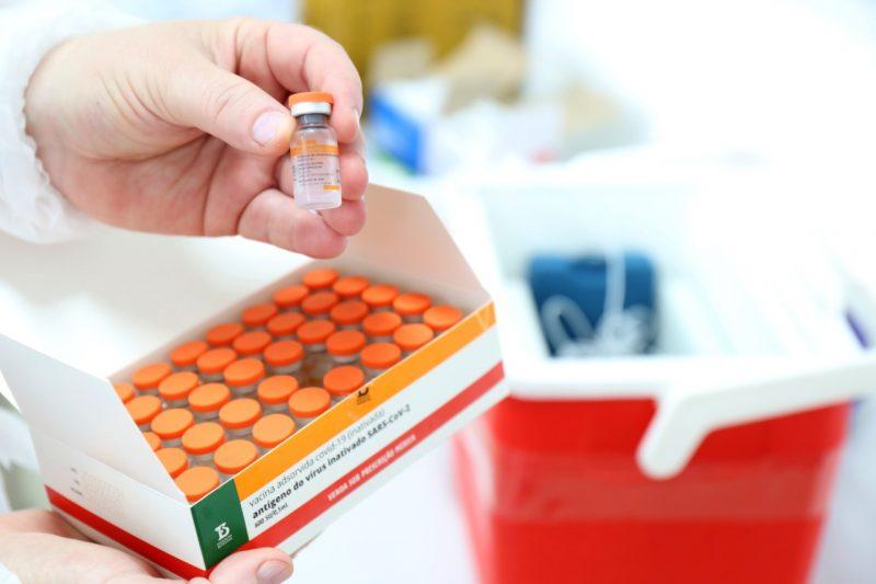 Doses da Coronavac ficam retidas para que os municípios tenham imunizantes para segunda dose nos vacinados – Foto: Prefeitura de Joinville/Divulgação