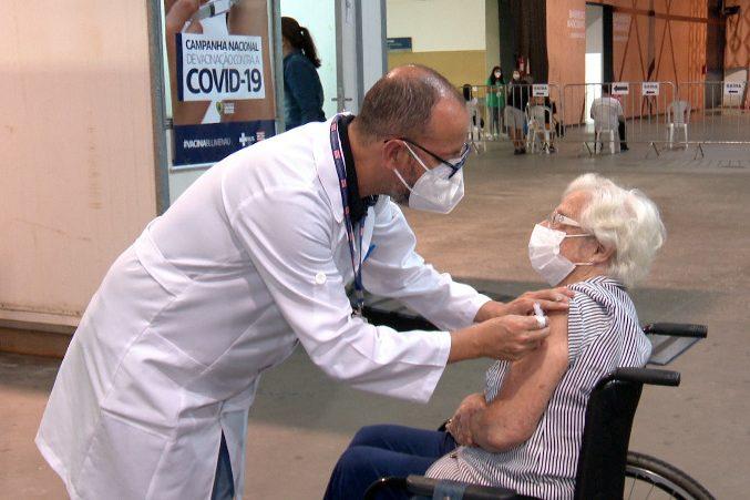 Vovó Alda, como é conhecida, é vacinada contra o coronavírus – Foto: Lucas Fernandes / NDTV Blumenau