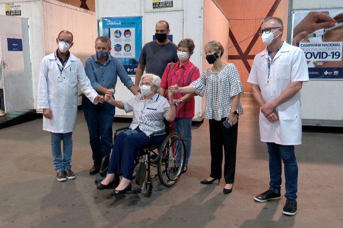 Durante a vacinação, Alda Niemeyer brincou com autoridades e com a equipe que lhe atendeu – Foto: Lucas Fernandes / NDTV Blumenau