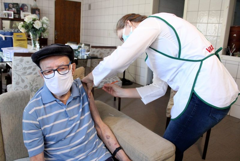Idosos com 90 anos ou mais estão sendo vacinados em casa – Foto: Prefeitura de Criciúma/Divulgação/ND