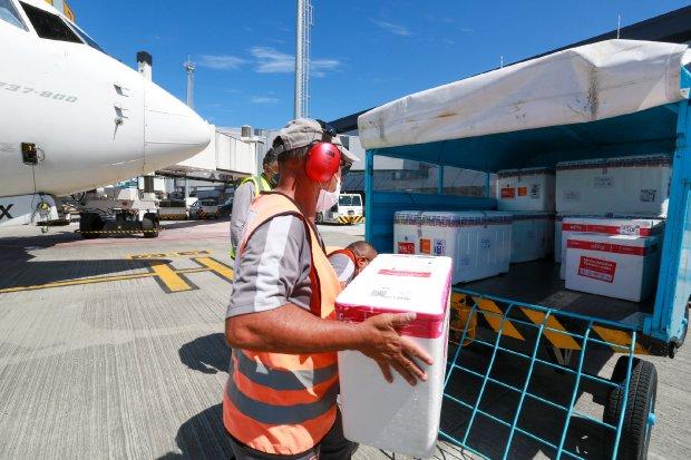 Vacina chegando no aeroporto de Florianópolis