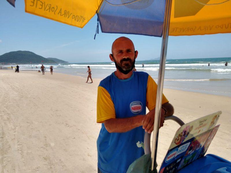 O vendedor de picolé Everson Antônio Machado Carrais – Foto: Bruna Stroisch/ND