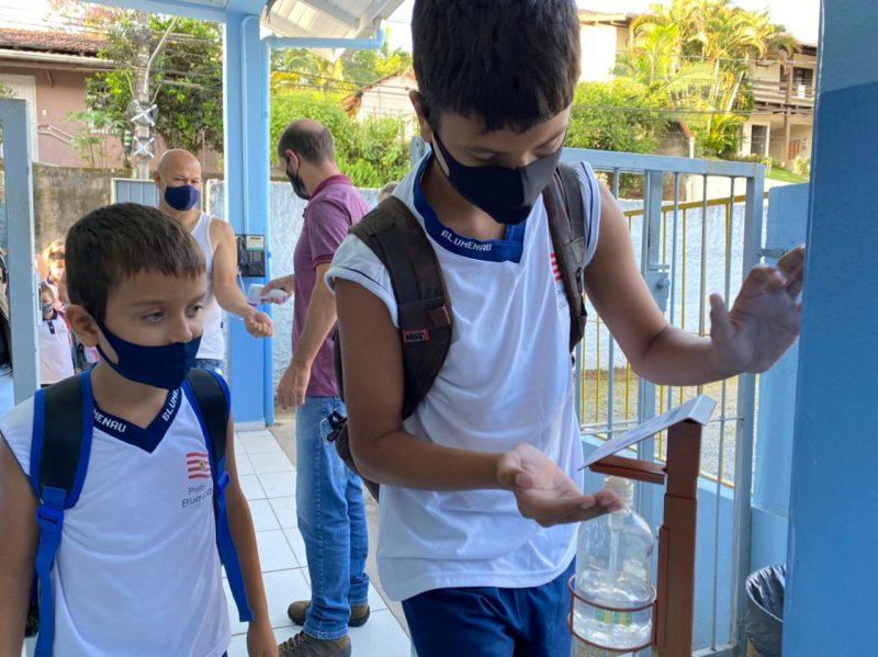 Alunos voltaram às escolas em Blumenau nesta segunda-feira (8) – Foto: Divulgação/NDTV