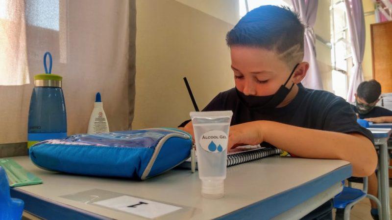 Máscara e álcool em gel são itens obrigatórios na sala de aula – Foto: Jonathan Rocha/NDTV