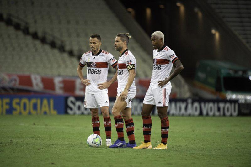 Jogadores do Flamengo se arrumam para bater falta