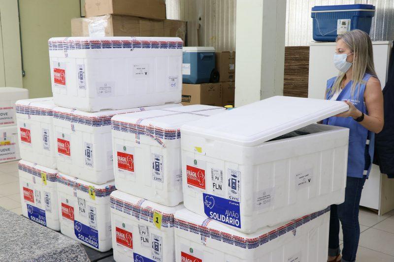 Do total, 5.750 doses são da vacina AstraZeneca/Fiocruz e 141 mil da CoronaVac/Butantan – Foto: SECOM SC/ND