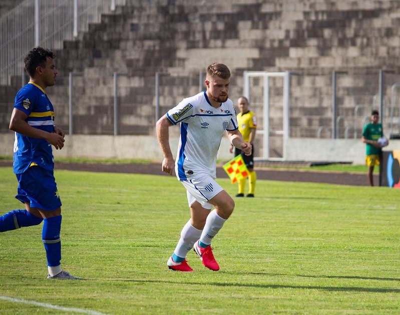 Volante Marcos Serrato, do Avaí, tem agradado em seus primeiros momentos com a camisa azurra – Foto: Avaí FC/divulgação
